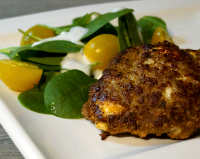 Saftige, glutenfreie Frikadellen mit Salat auf einem Teller