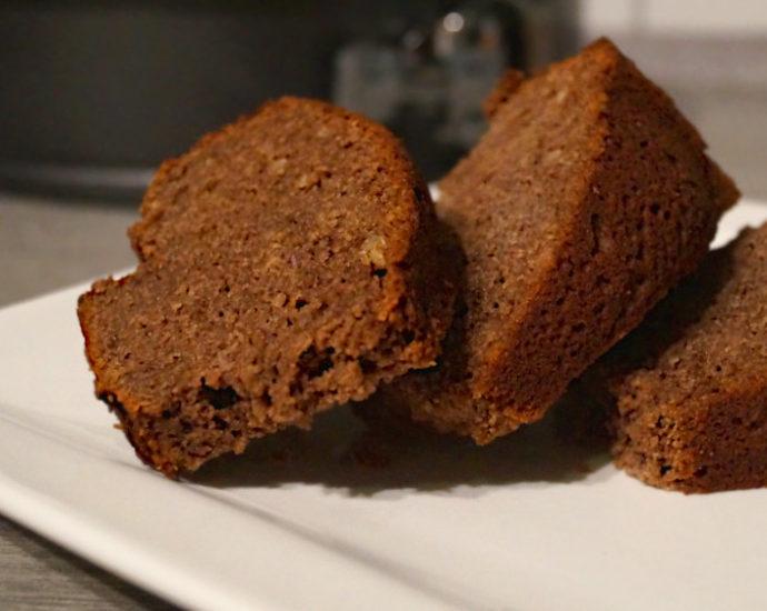 Glutenfreier, zuckerfreier Schoko-Mandelkuchen auf Teller