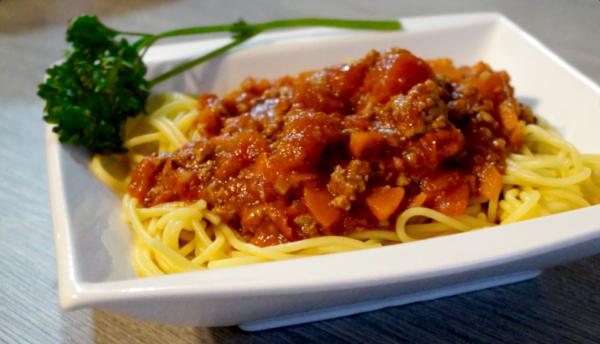 Glutenfreie, frische Bolognese-Soße auf Spaghetti