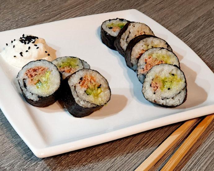 Thunfisch-Sushi aufgeschnitten auf einem Teller